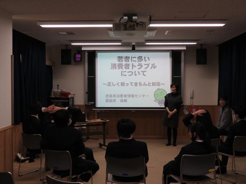 生徒が座ってスライドを見ている