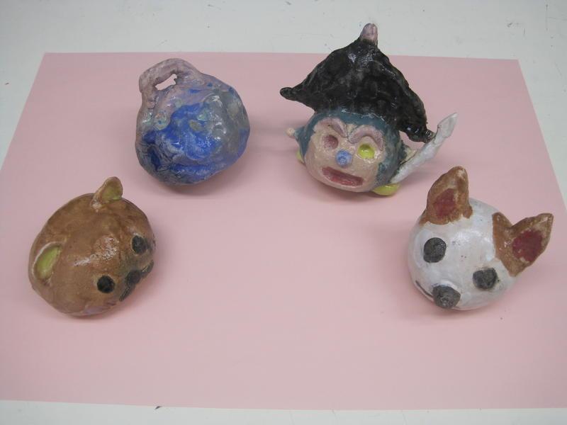 らくやきの土鈴が4つ並んでいる。右から、ねこ、海賊、青い動物、ねこ。