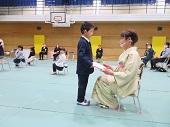 保護者に終了証書を渡す幼児。