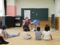 教員が七夕の紙芝居を手話も用いながら読んでいる